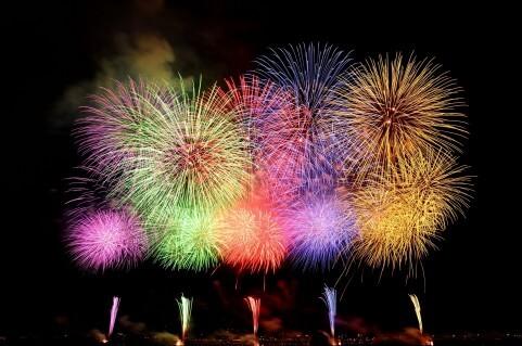 花火の色の秘密。カラフルな花火の仕組みと日本独自の職人技 ...
