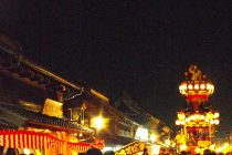 Kawagoe Festival at night。Author:Kounosu Uploaded by the author to Japanese Wikipedia under GNU FDL/CC--BY-SA