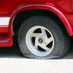 車がパンク!修理剤、スペア交換、ロードサービス、どれでなおす?